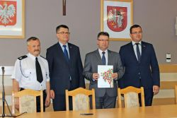 Podpisanie umowy na zakup sprzętu dla OSP Zabiele   Fot. www.wzasiegu.pl